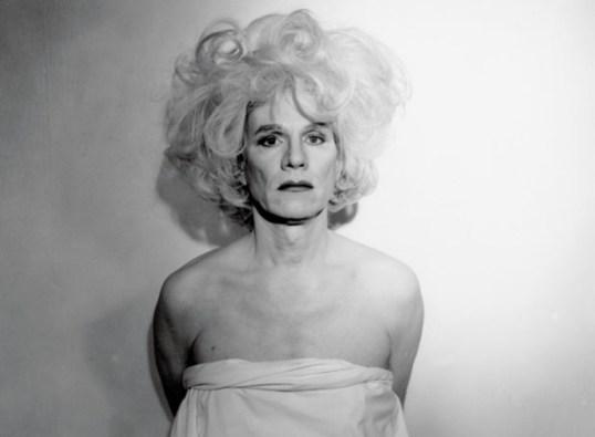Warhol: autorretratao vestido de mulher